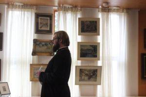 Tampereen ortodoksisen seurakunnan kirkkoherra Aleksej Sjöberg siunasi näyttelyn avatuksi 13.6.