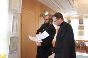 Isä Aleksej ja diakoni Jarkko Luonila tutustuvat taidenäyttelyyn.